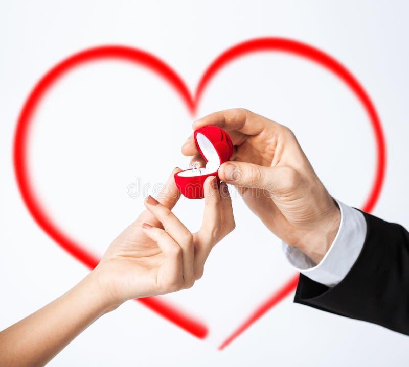 有定婚戒指的夫妇手 免版税库存图片