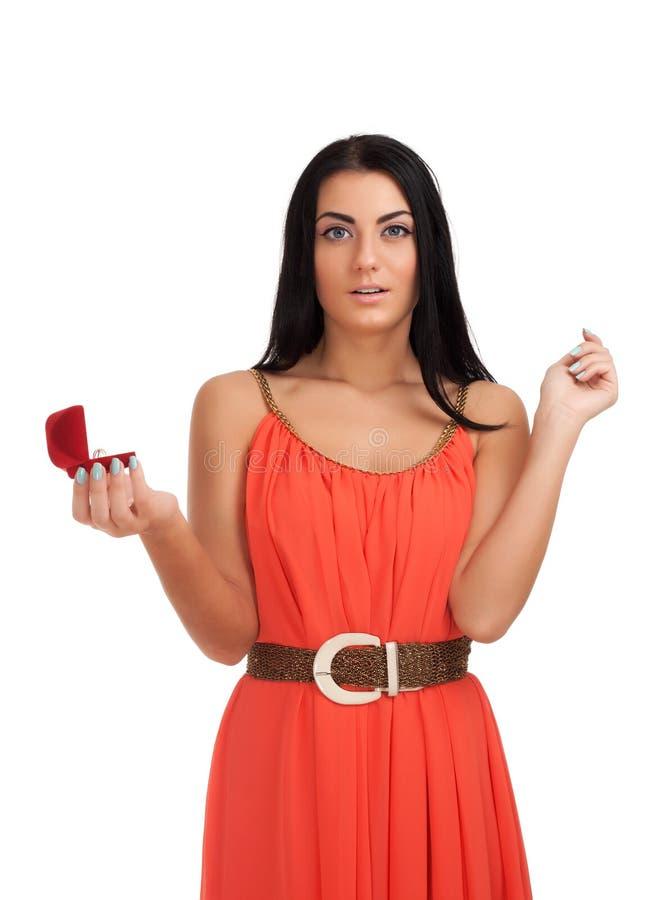有定婚戒指的少妇在配件箱 免版税库存照片