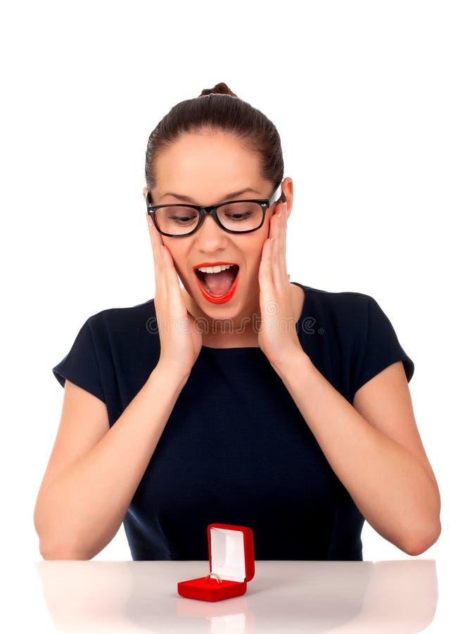 Download 有定婚戒指的少妇在箱子 库存图片. 图片 包括有 喜悦, 回应, 有吸引力的, brunhilda, 建议 - 30335627