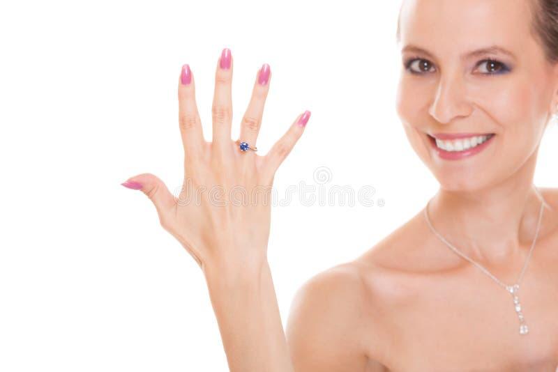 有定婚戒指的愉快的新娘妇女在手指 免版税库存图片