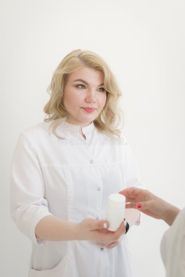 有宜人的出现的一位妇女医生通过耐心vitam 图库摄影