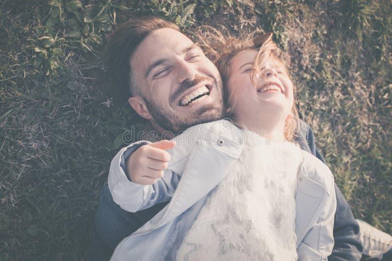 有室外他的女儿的愉快的父亲 免版税库存照片