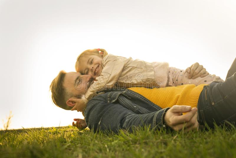 有室外他的女儿的愉快的父亲 库存图片