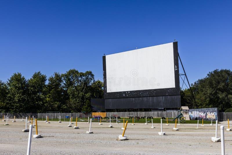 有室外屏幕和操场的II旧时免下车服务电影院 免版税库存图片