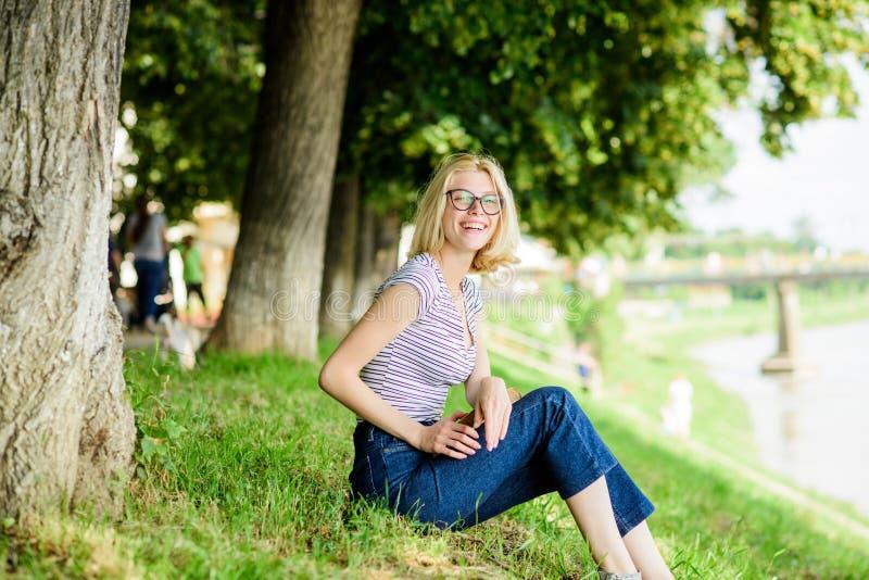 有室外的书的学生女孩 读书是我的爱好 夏天研究 公园看书的妇女 有趣故事 ?? 免版税库存图片
