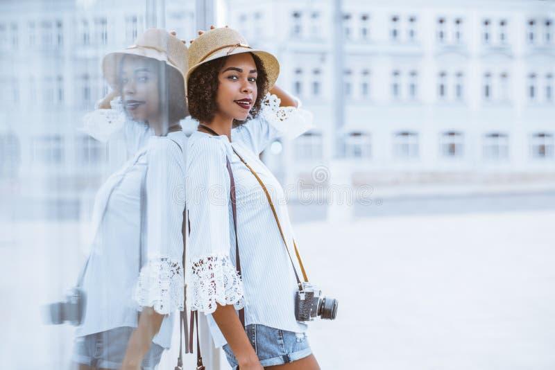 有室外葡萄酒的照相机的非裔美国人的旅游女孩 库存图片