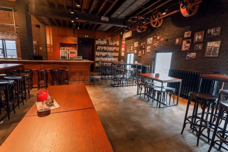 有家具的室在历史啤酒厂里面的啤酒党的有商标的De Koninck 免版税库存图片