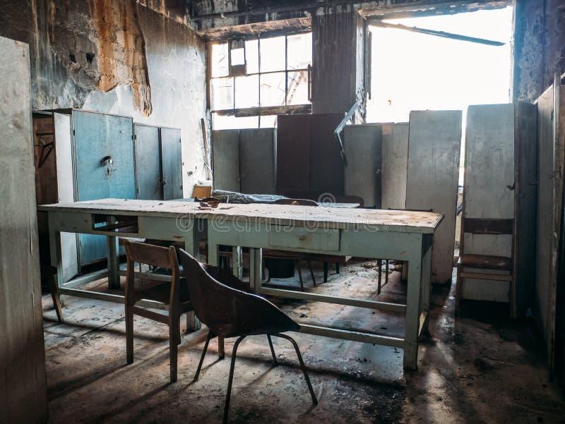 有家具的被放弃的被破坏的房子在战争或灾害,在内部里面的老大厦以后 免版税库存图片