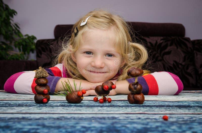 有家庭做的秋天工艺的创造性的孩子 库存照片