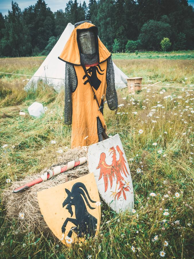 有家庭徽章的红色黑骑士盾骑士的和稻草人 中世纪骑士属性 mediev的重建 库存照片