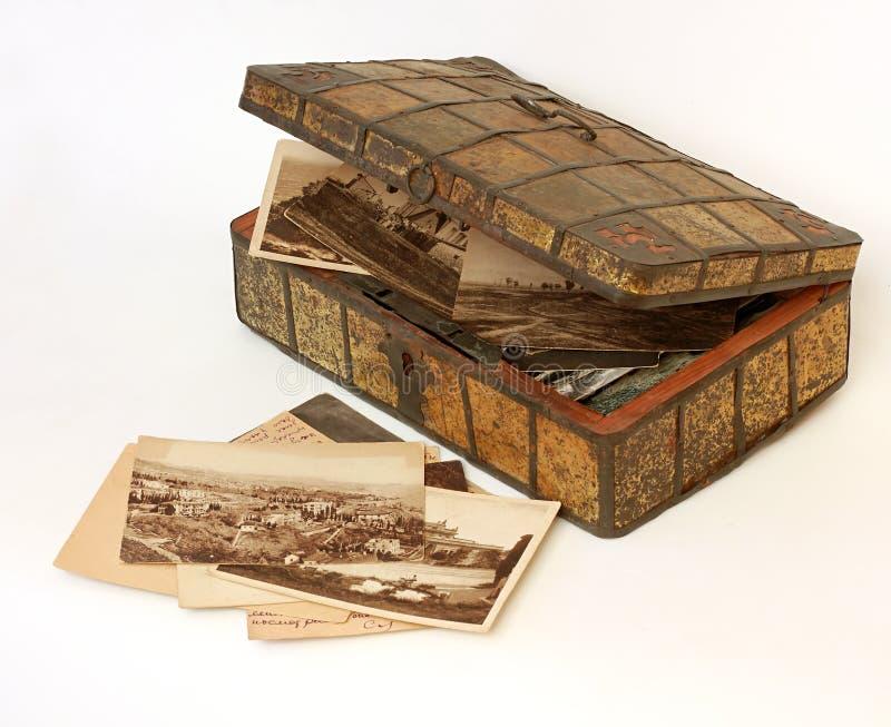 一个古老小箱的家庭档案 免版税库存照片