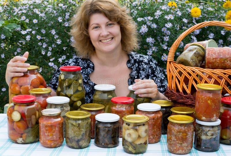 有家庭装于罐中的妇女 免版税图库摄影