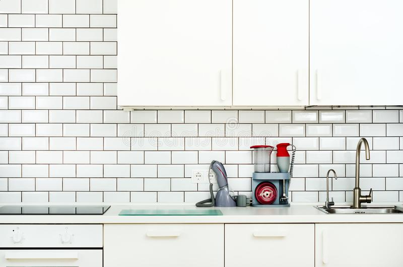 有家用电器的白色室内设计,现代和最低纲领派样式厨房 露天场所在充分客厅  库存图片