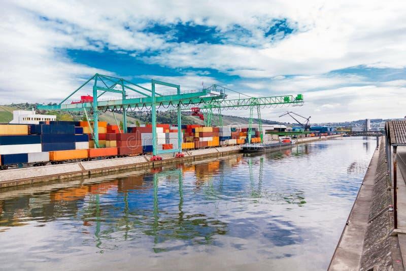 有容器和起重机的造船厂 免版税图库摄影