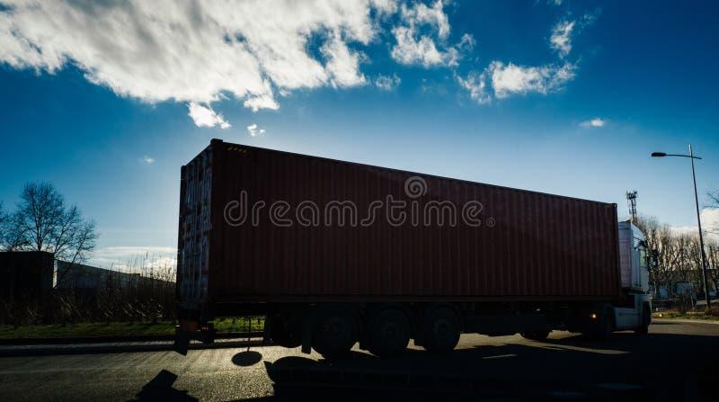 有容器拖车输入的环形交通枢纽的重型卡车快速的交付的 免版税图库摄影