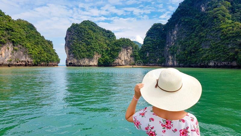 有宽帽子的妇女在Phang Nga,泰国 免版税库存照片