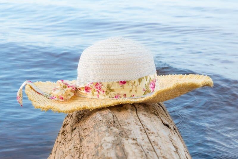 有宽边缘的妇女的帽子注册的水 免版税库存图片