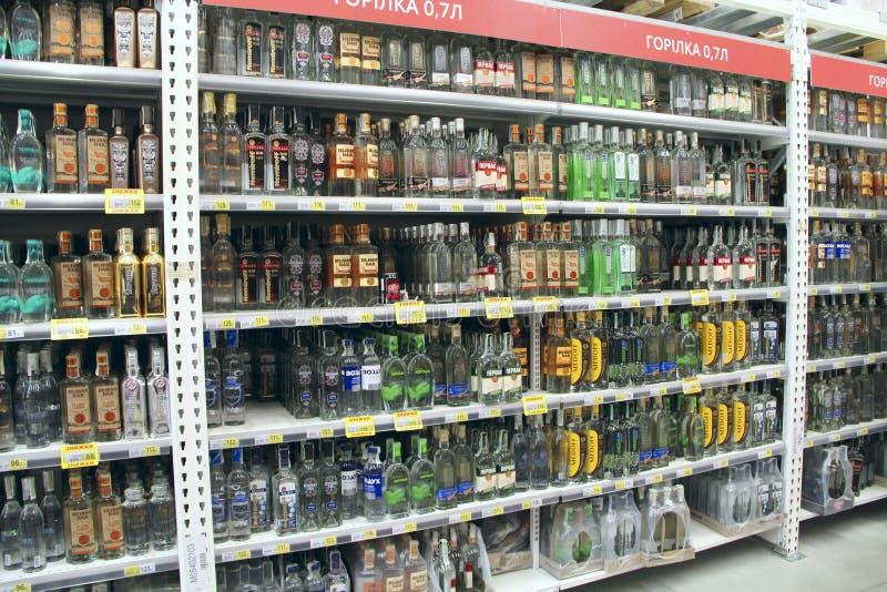 有宽choise的伏特加酒商店 在超级市场架子的酒精饮料  图库摄影