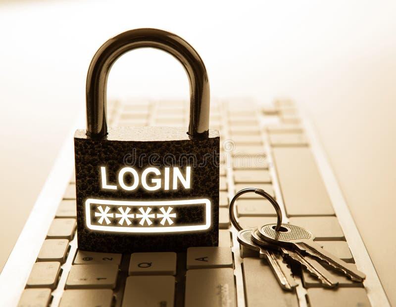 有密码注册的耐久的挂锁在键盘互联网安全 库存图片