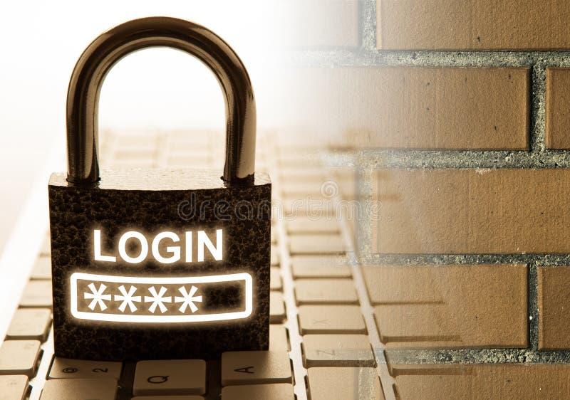 有密码注册的耐久的挂锁在键盘以砖墙互联网安全 免版税库存图片