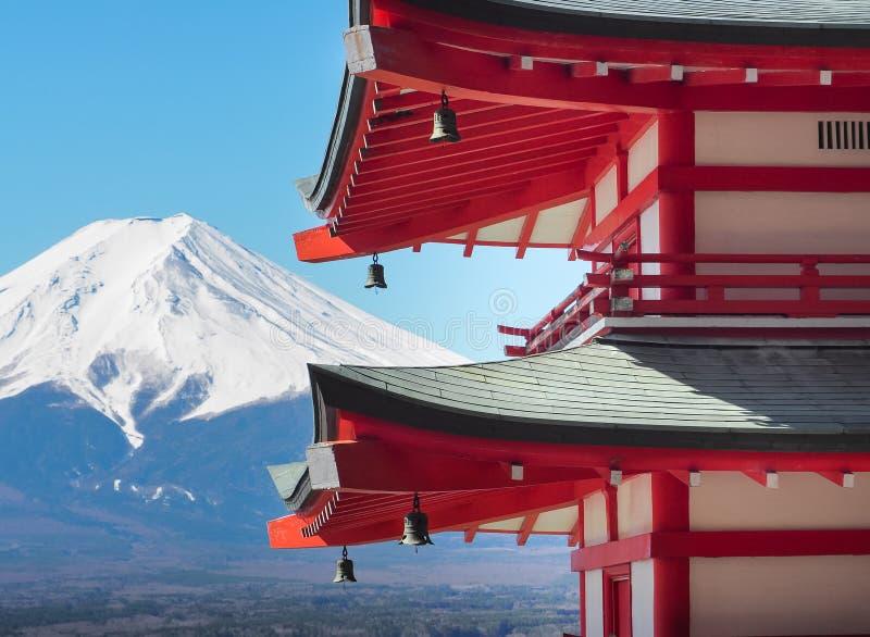 有富士山的Chureito塔在好日子 免版税库存照片