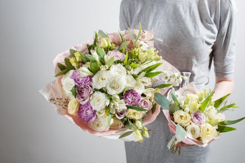 有富有的束花的卖花人女孩 新鲜的春天花束 夏天背景 生日或母亲的少妇花 免版税库存照片