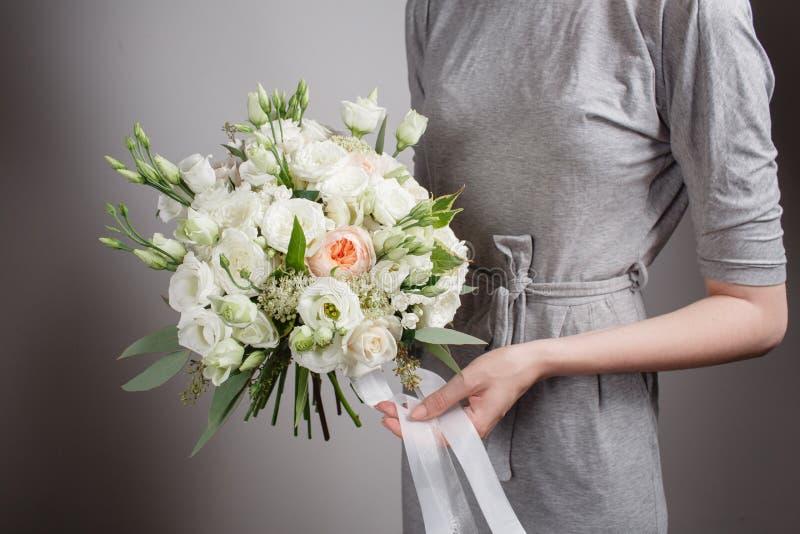 有富有的束花的卖花人女孩 新鲜的春天花束 夏天背景 生日或母亲的少妇花 免版税库存图片
