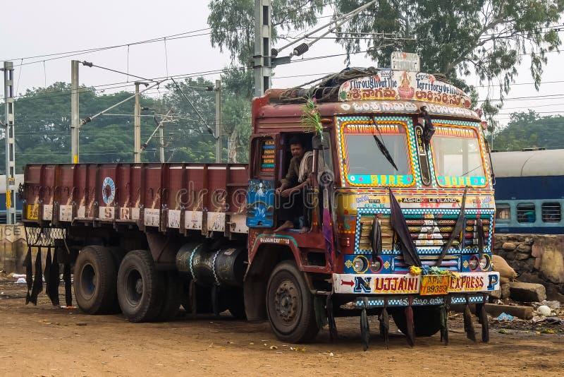有富有的装饰绘画的五颜六色的货物卡车,典型为卡车在印度 免版税库存照片