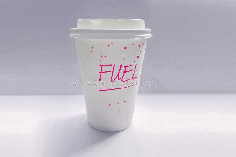 有对此写的词燃料的单一用处咖啡杯在紫色文本 免版税库存图片