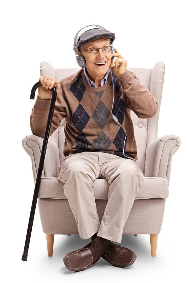 有对的前辈耳机和藤茎在扶手椅子 免版税库存图片