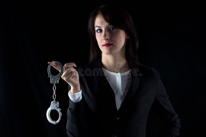 有对的照片严肃的妇女手铐 库存图片