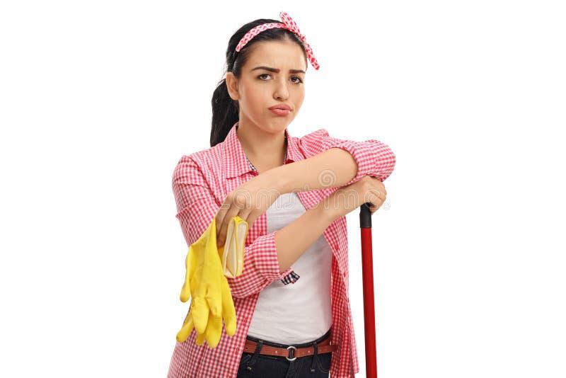 有对的疲乏的少妇清洁手套和拖把 免版税库存图片