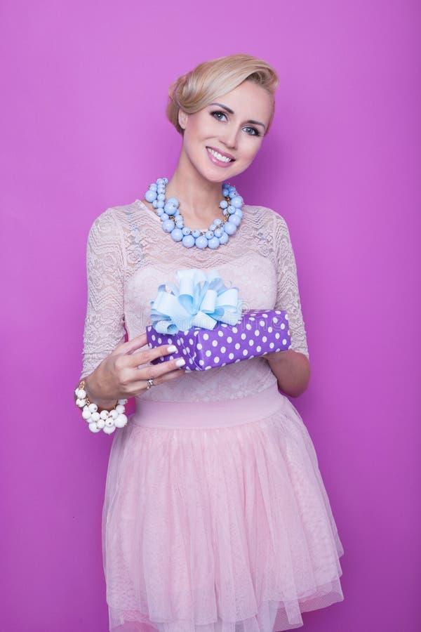 有对紫色负的大美好的微笑的妇女当前 圣诞节 节假日 礼品 免版税库存照片