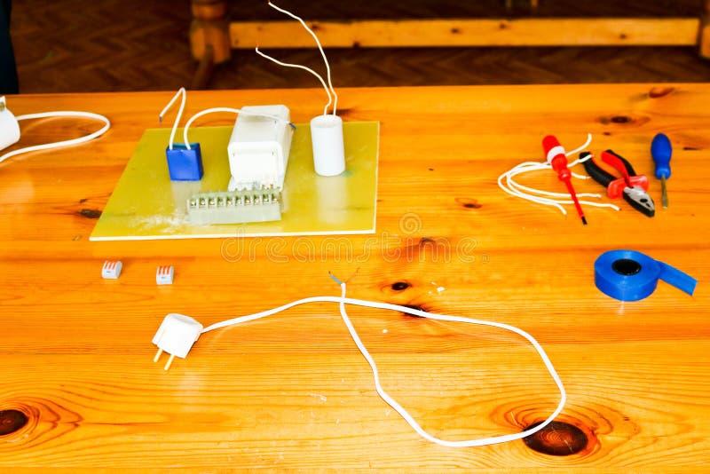有导线和备件的,设施设备,钳子,蓝色电子磁带,在桌上的螺丝刀电路 免版税库存图片