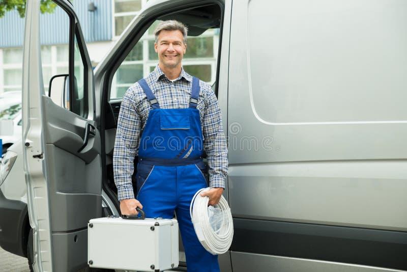 有导线和工具箱的男性工作者 免版税库存图片