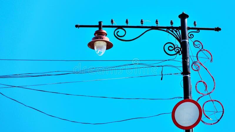 有导线的街灯反对天空 免版税库存照片
