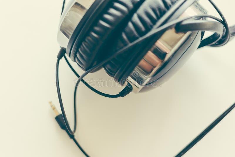 有导线的黑耳机在白色背景,选择聚焦,顶视图 图库摄影