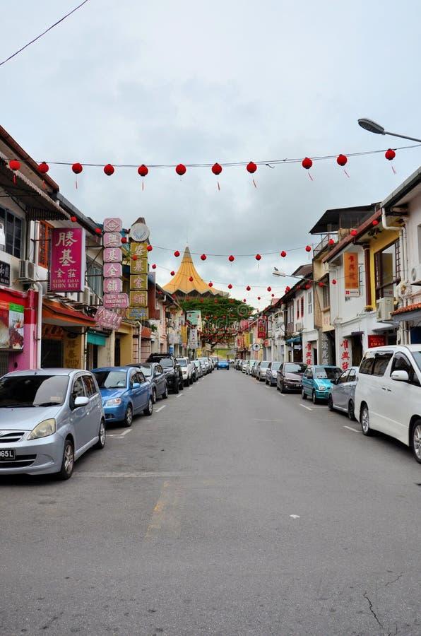 有导致江边汇编大厦古晋沙捞越马来西亚的停放的汽车的小巷 免版税库存图片