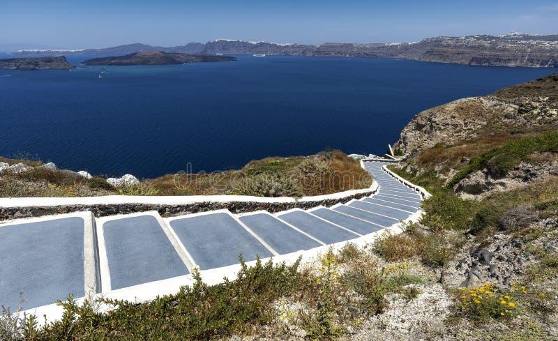 有导致海的台阶的传统狭窄的街道在Akrotiri村庄,圣托里尼海岛,希腊 E 库存照片