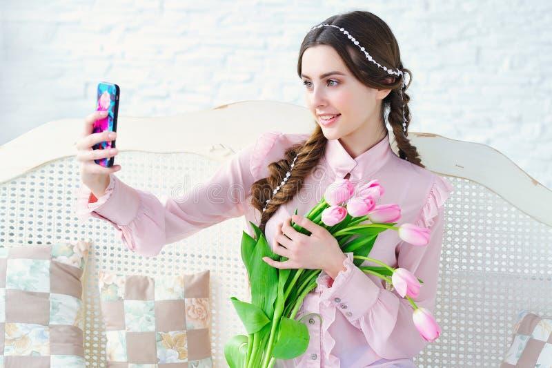 有射击selfie的花的美丽的妇女 免版税库存图片