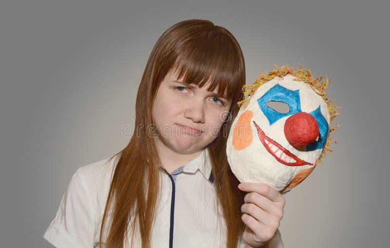 有小丑面具的女孩 免版税库存照片