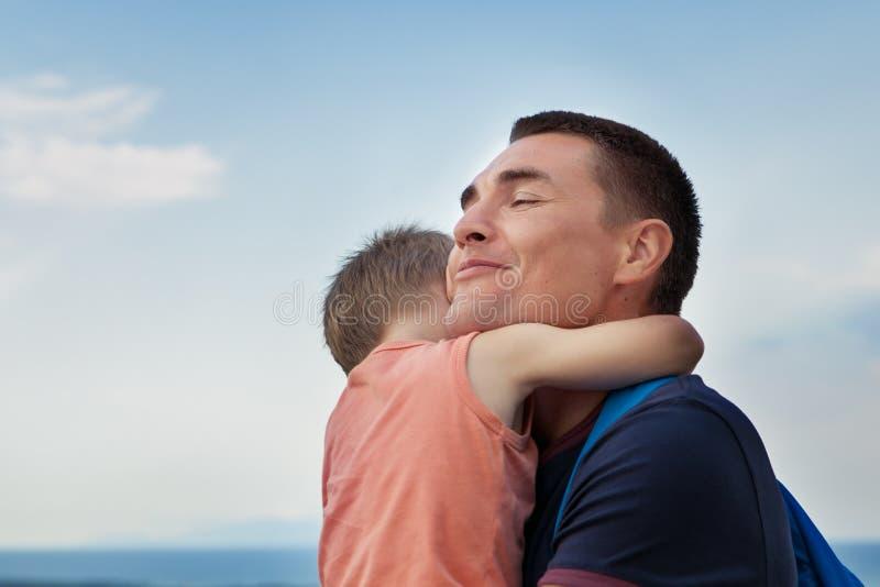有小儿子的愉快的年轻父亲户外 免版税库存图片
