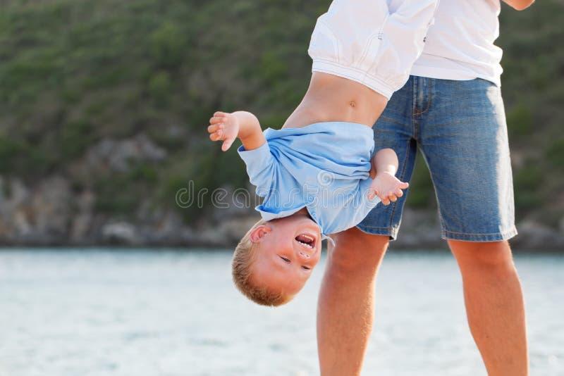 有小儿子的愉快的年轻父亲户外 库存图片