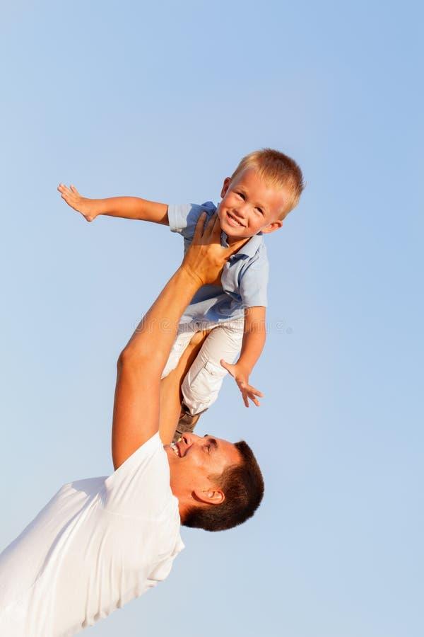 有小儿子的愉快的年轻父亲户外 库存照片