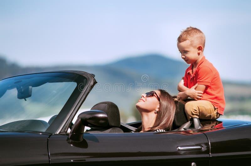 外国母亲与儿子性交图片_有小儿子的母亲在敞蓬车汽车坐