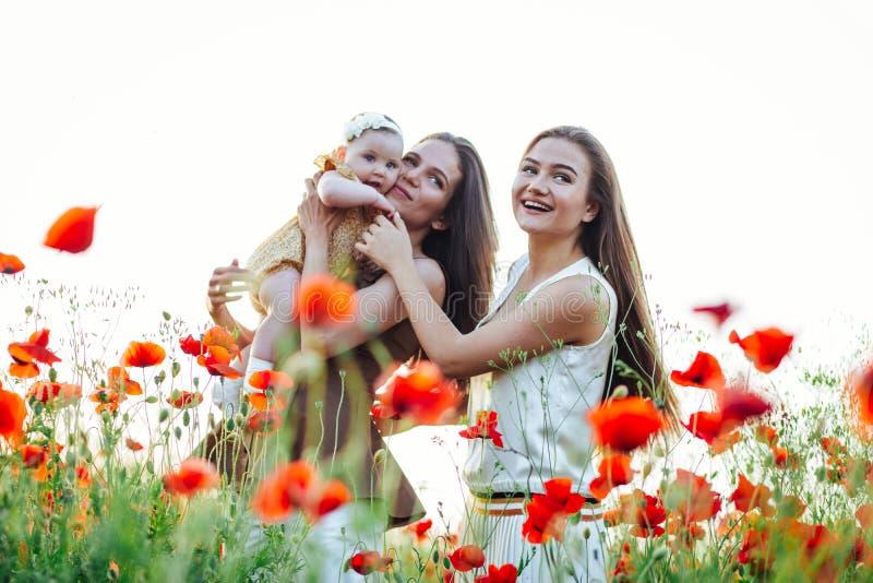 有小儿童婴孩步行的幸福家庭本质上 免版税库存图片