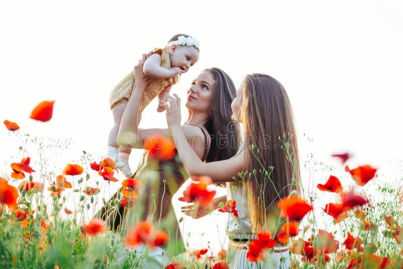 有小儿童婴孩步行的幸福家庭本质上 库存照片