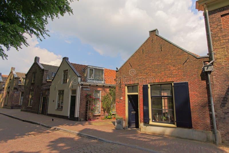 有小典型的荷兰房子的舒适邻里在乌得勒支,荷兰 免版税库存照片