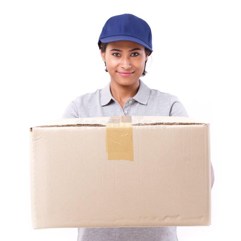 有小包的快速,愉快,女性送货业务职员或纸盒 免版税库存照片