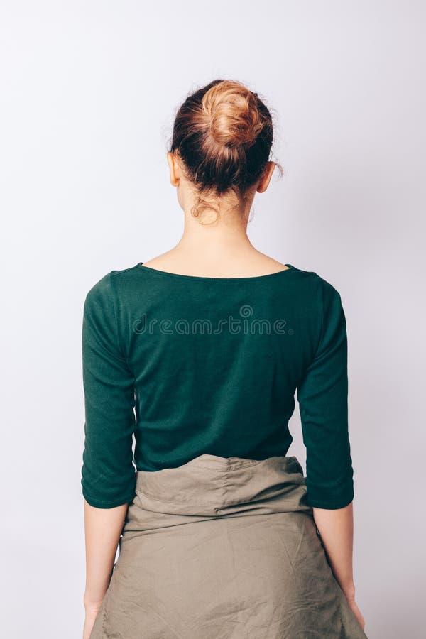 有小圆面包发型的背面图苗条女孩 库存图片